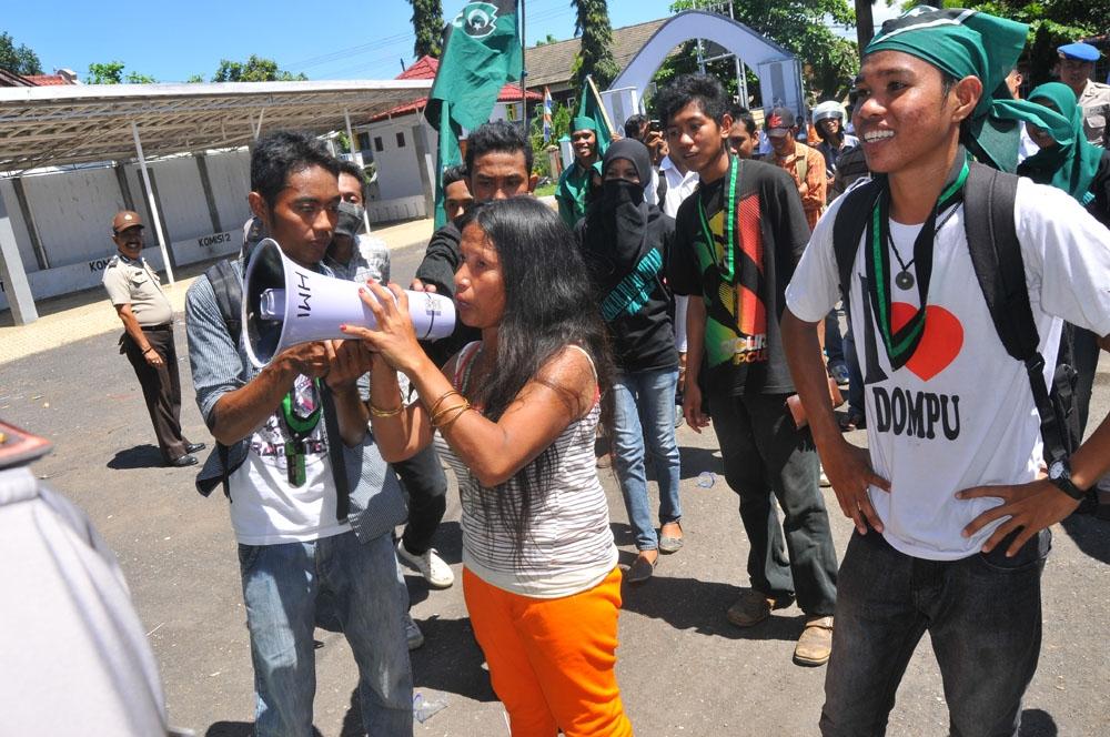 wanita gila ikut demo di dompu   portal berita online dompu